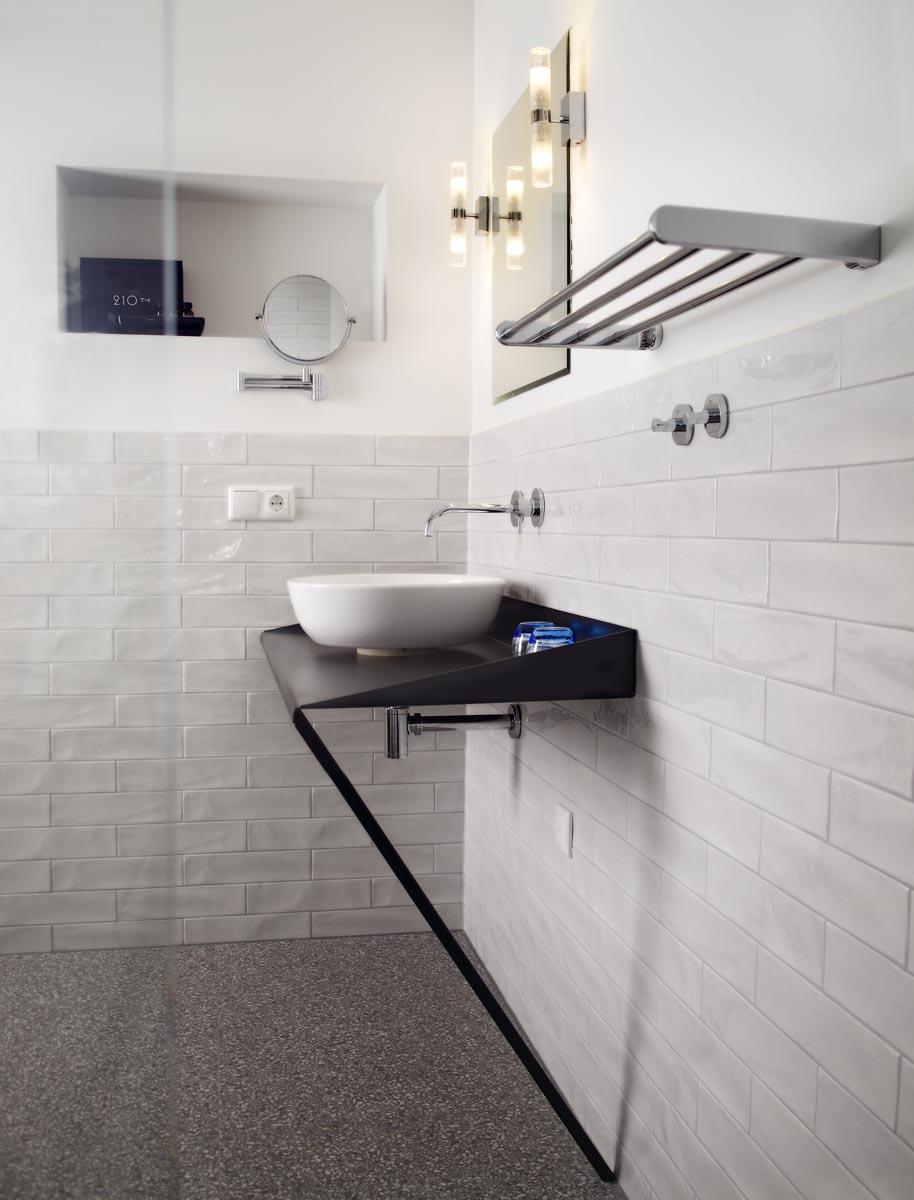 15 Badkamer van hotel restaurant De Kaserne in Den Bosch met op maat gemaakt stalen wastafelmeubel