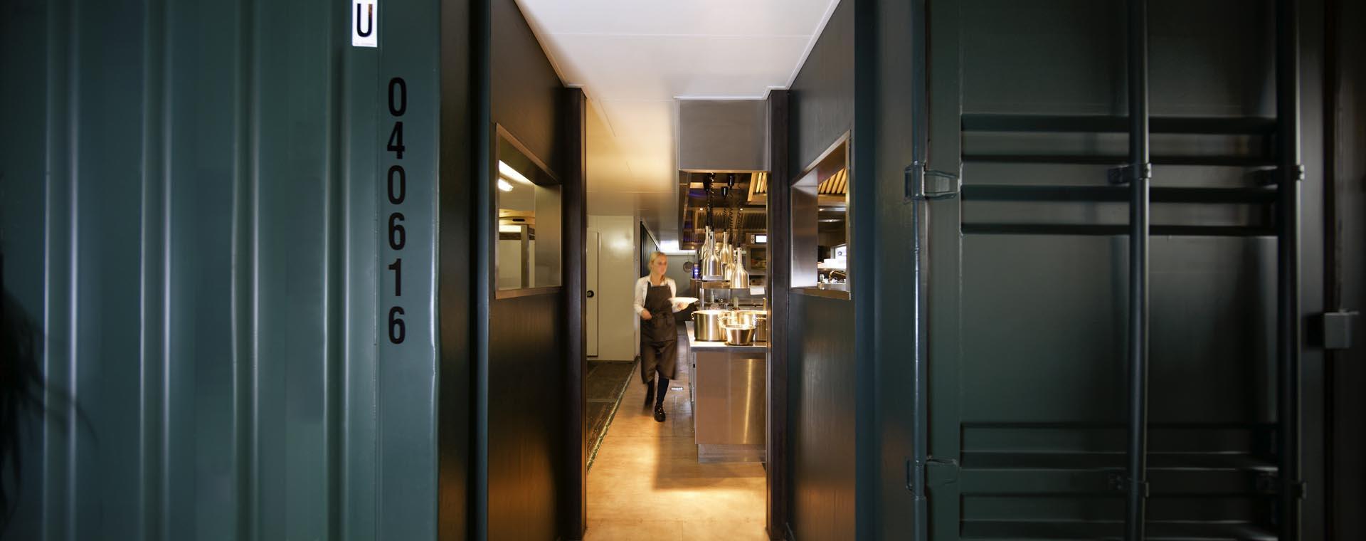7 zicht op keuken van restaurant De Kaserne in Den Bosch deze is gemaakt in twee zeecontainers