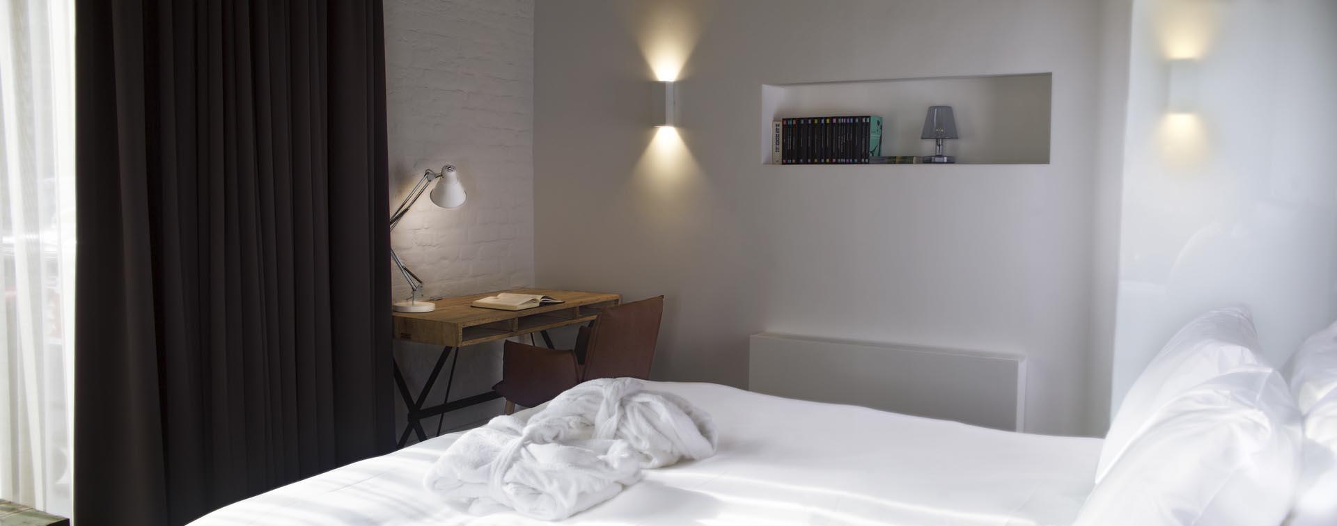 9 Hotelkamer van hotel restaurant De Kaserne in Den Bosch met werkplek en heerlijke boxspring van Brouwers Bedding