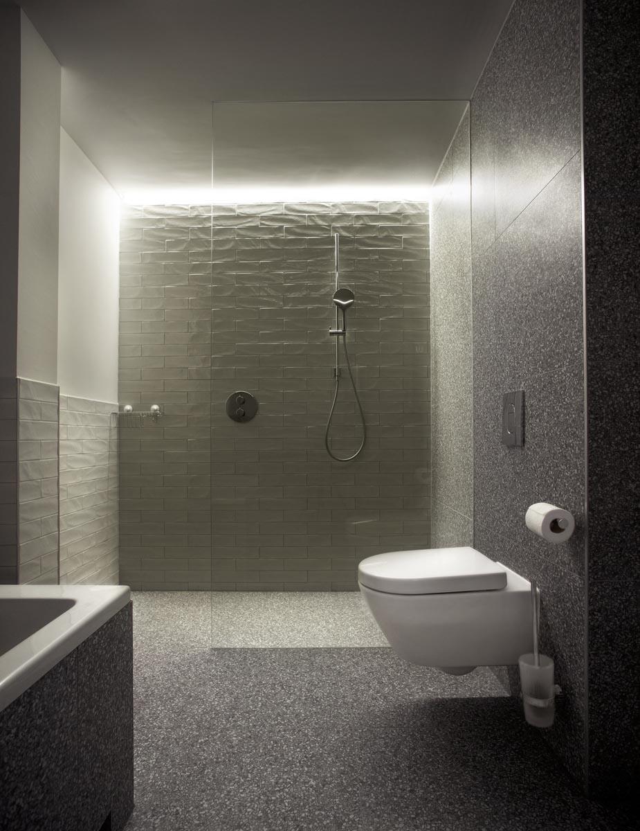 10 Badkamer in suite van hotel restaurant De KASerne in Den Bosch met indirecte LED verlichting stoere wandtegels en terazzo