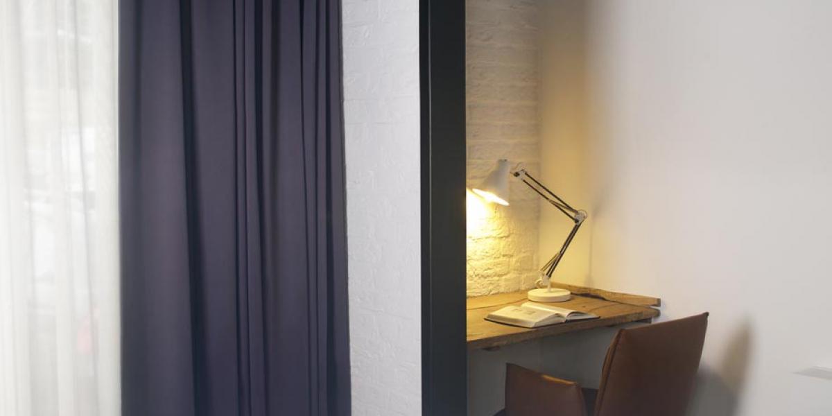 12 Hotelkamer van hotel restaurant De Kaserne in Den Bosch met werkplek en heerlijke boxspring van Brouwers Bedding