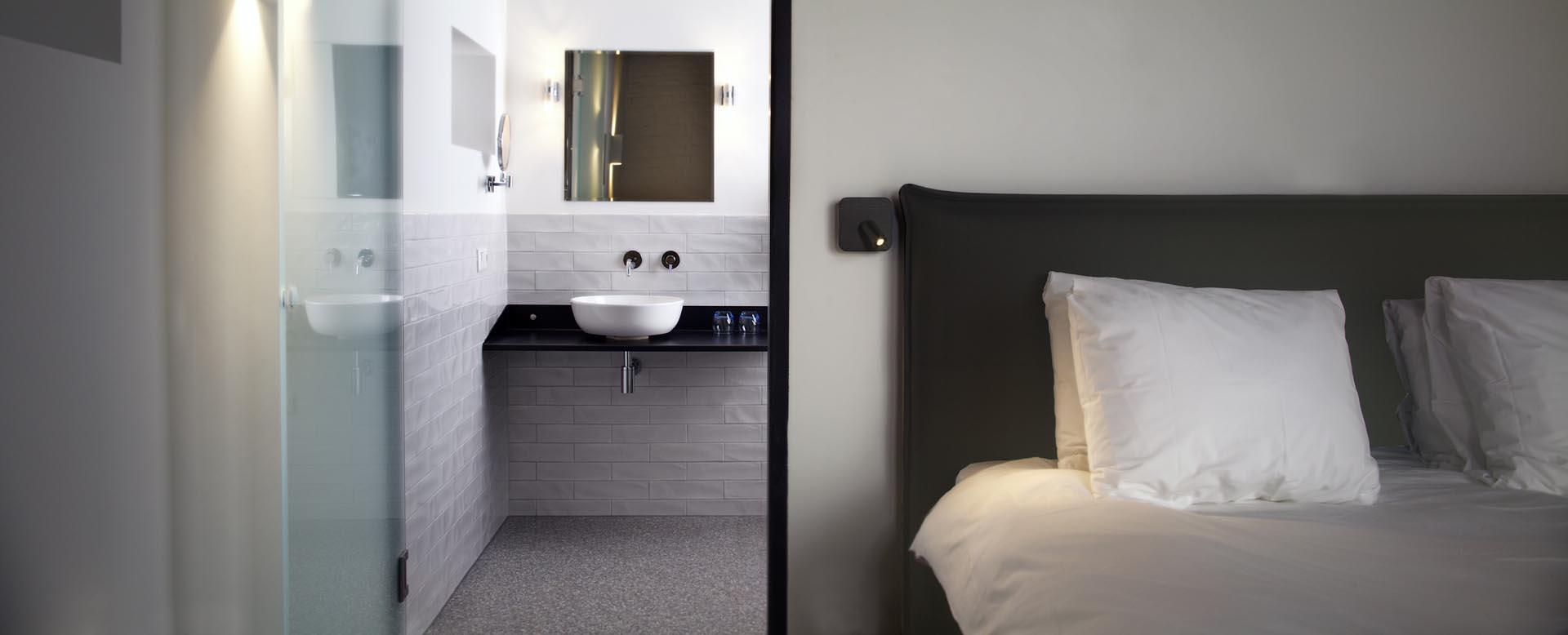 14 Hotelkamer en badkamer van hotel restaurant De Kaserne in Den Bosch met heerlijke boxspring van Brouwers Bedding