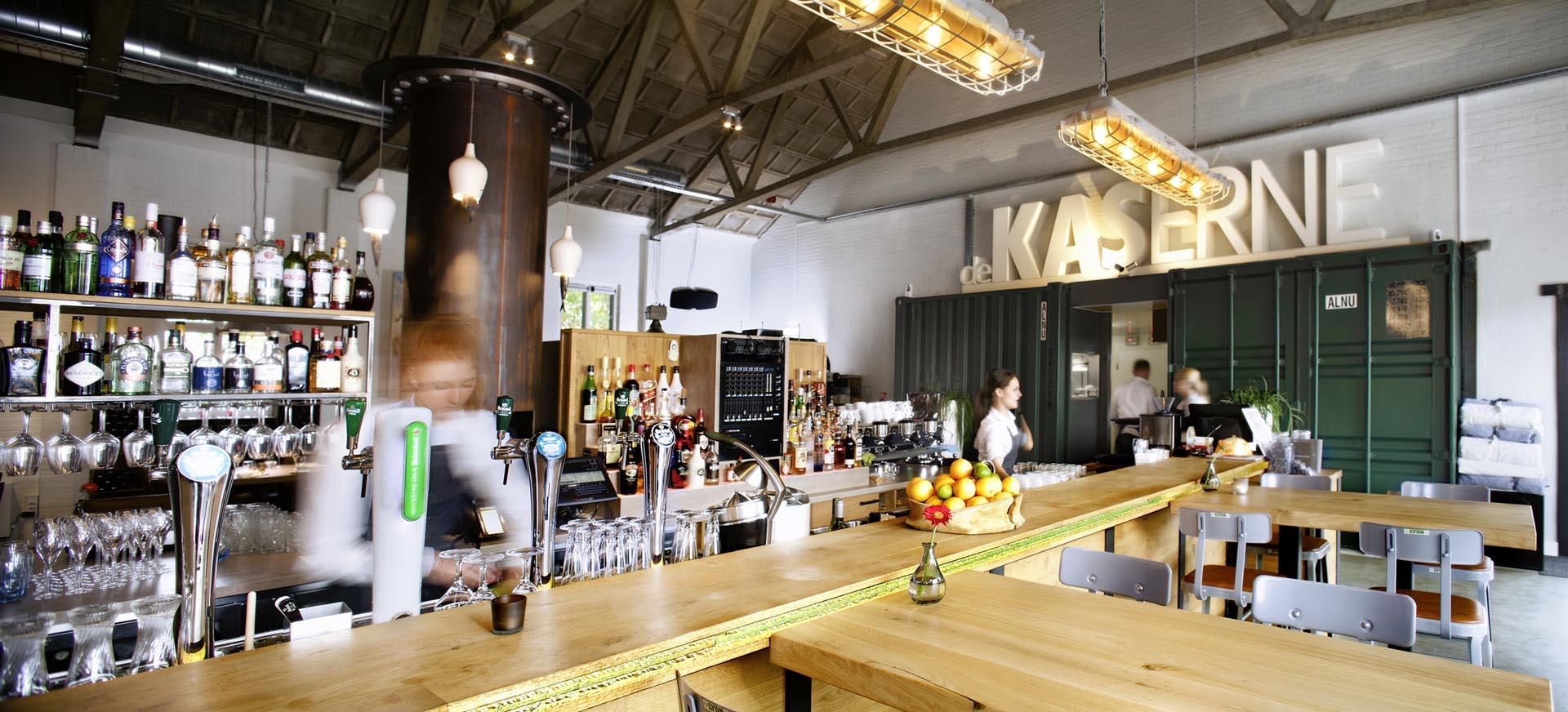 2 interieur restaurant De Kaserne in Den Bosch met zicht op bar restaurantkeuken verlichting barkrukken