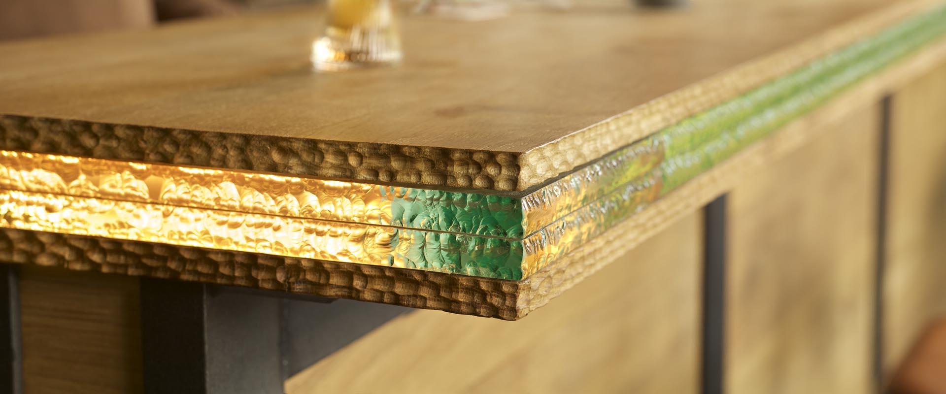 4 detail van barblad restaurant de Kaserne Den Bosch massief eiken gecombineerd met glas en indirecte verlichtingsstrook LED